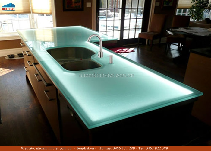 Kính màu ốp mặt bàn bếp