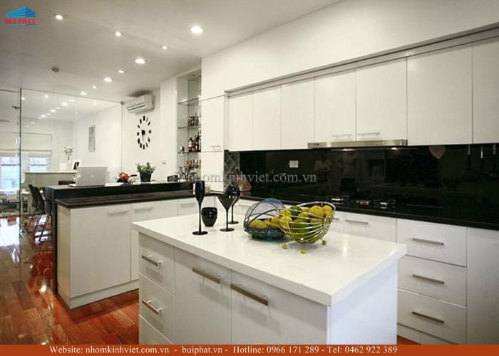 Phòng bếp mới lạ hơn với kính ốp bếp màu đen
