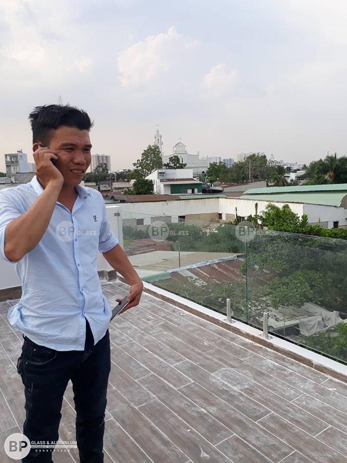 Lắp lan can kính ban công anh Thạch Quang Nghị Quận 8
