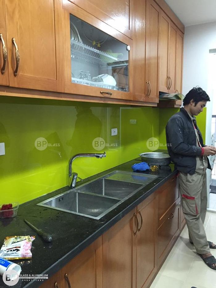 Lắp đặt kính ốp bếp màu xanh non tại Kđt Xuân Phương
