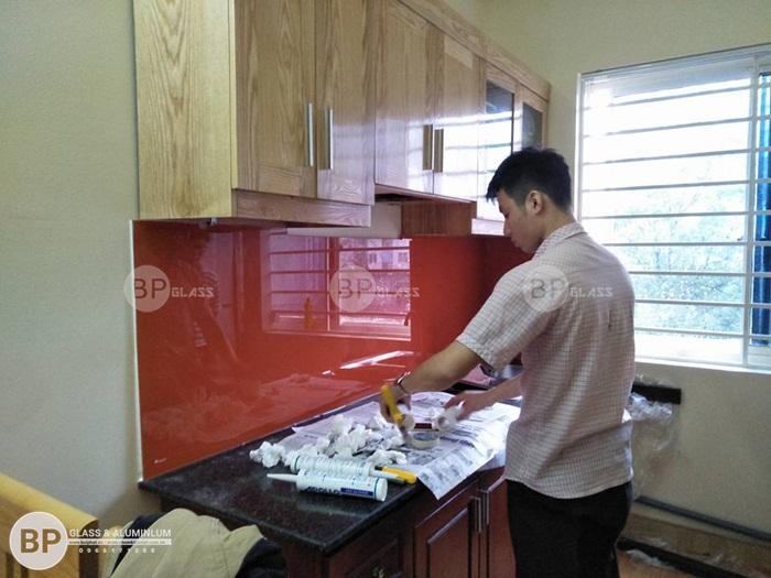 Lắp kính bếp màu vàng cam nhà chị Huyền Kđt Việt Hưng