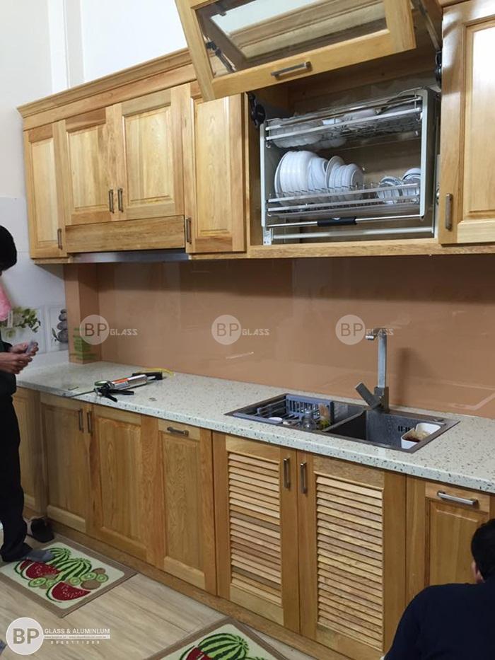 Lắp kính bếp màu hồng nhũ tại 1194 Đường Láng, Láng Hạ