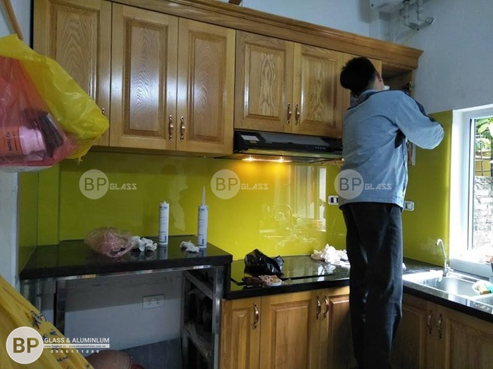 Kính ốp bếp màu vàng chanh nhà anh An 224b Hoàng Mai