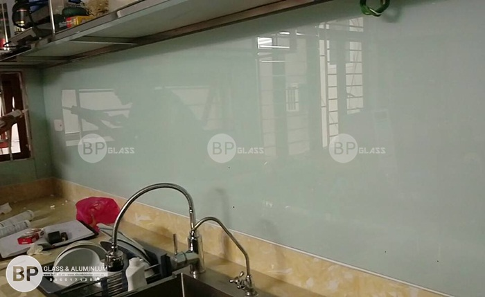 Kính ốp bếp màu trắng xanh tại Quan Nhân, Thanh Xuân, Hà Nội