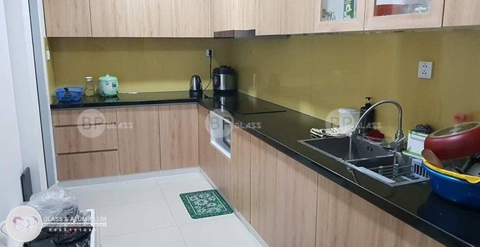 Kính ốp bếp màu vàng sữa lắp nhà Bác Hạnh Quận Tân Phú