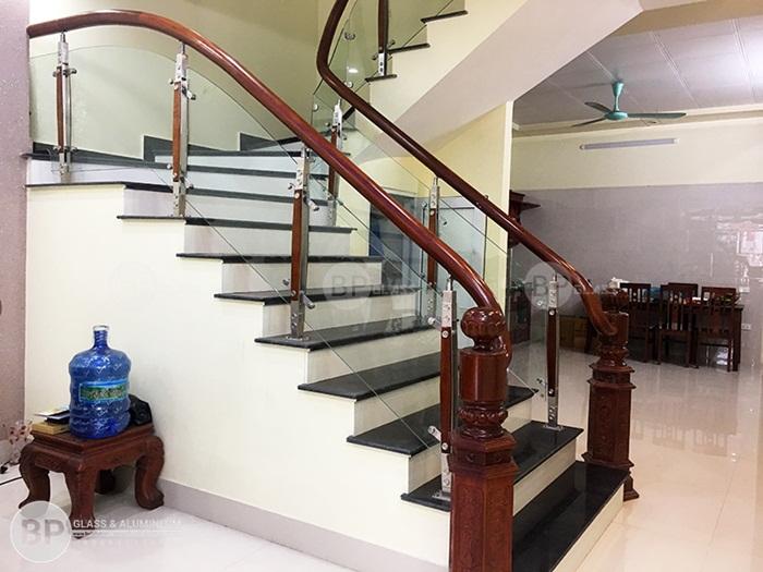 Cầu thang kính inox 2 nẹp gỗ giá rẻ thi công tại Hải Dương
