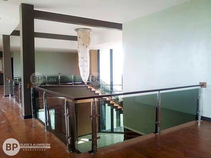 Cầu thang kính tay vịn gỗ Lim Nam Phi lắp đặt tại Thanh Hóa