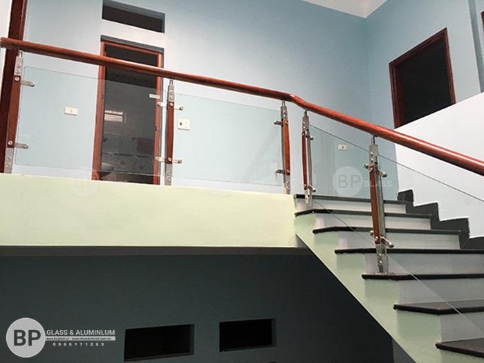 Cầu thang kính trụ inox tay vịn gỗ lắp đặt tại Hà Nam giá rẻ