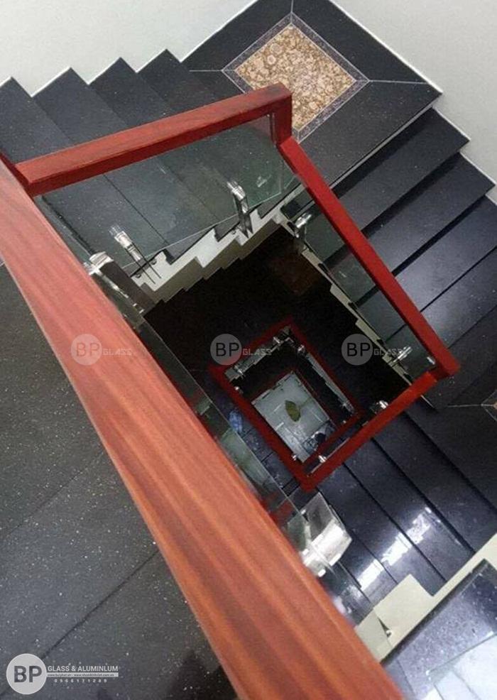 Cầu thang kính trụ lửng ốp má ngoài giá rẻ lắp tại Vĩnh Phúc