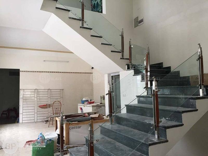 Lắp cầu thang kính trụ cao nhà Chị Huê Yên Hòa