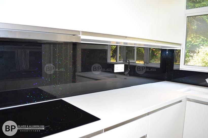 Kính bếp màu đen ánh nhũ nhà anh Quang Tây Hồ