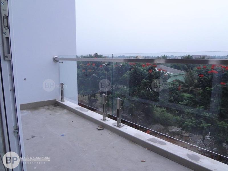 Mẫu lan can kính trụ thấp nhà Cô Hiền Láng Hòa Lạc