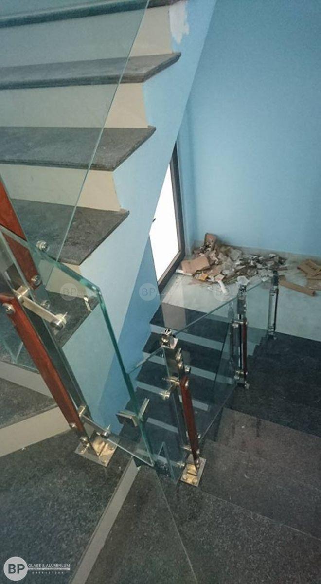 Thi công cầu thang bằng kính cường lực tại TP. Hòa Bình