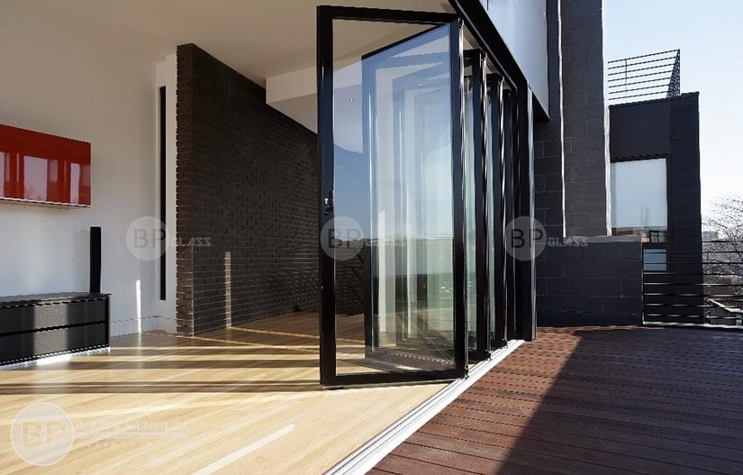 Nên dùng cửa nhôm kính hay cửa gỗ thì phù hợp?