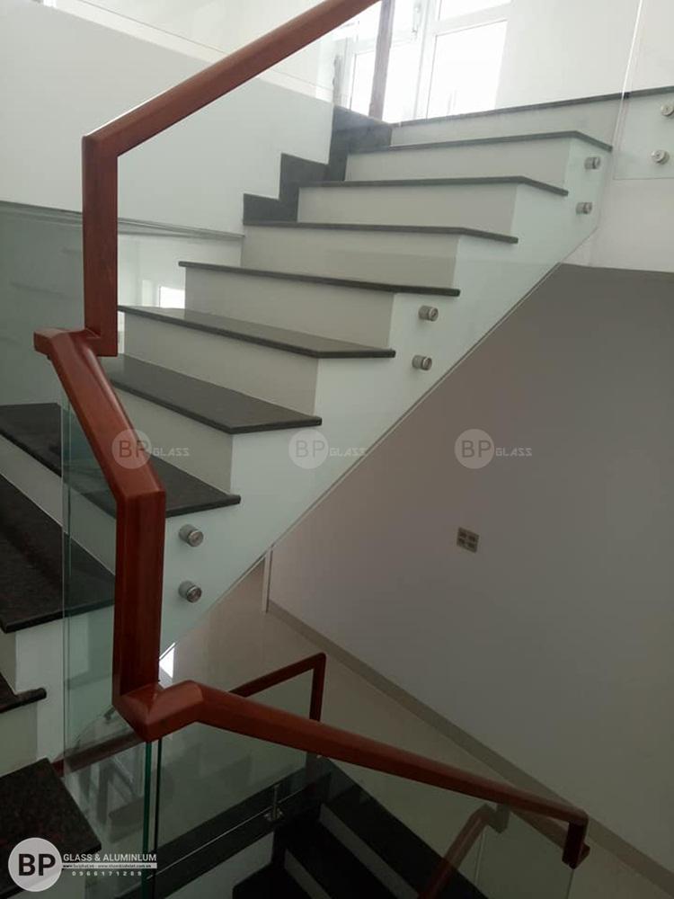Phân loại cầu thang bằng kính