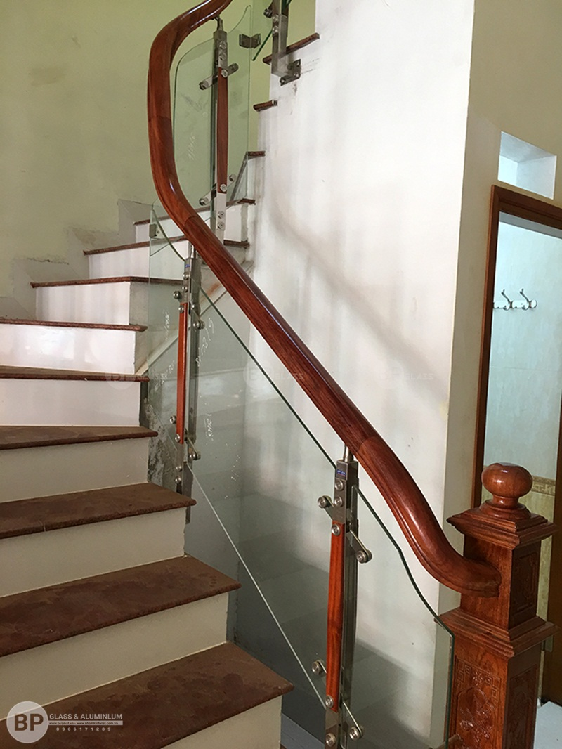 Lan can cầu thang kính tay vịn gỗ thi công tại Bắc Giang