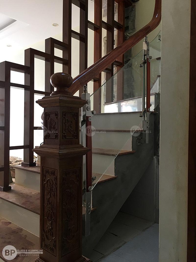 Thiết kế cầu thang kính đúng chuẩn Việt Nam