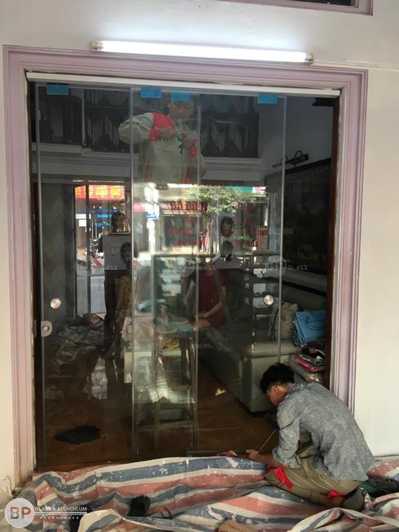 Thi công lắp cửa kính lùa trượt treo hệ ray u nhôm giá rẻ