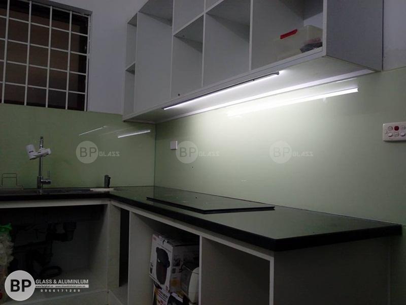 Kính sơn màu ốp bếp tại số 51 Nguyễn Viết Xuân