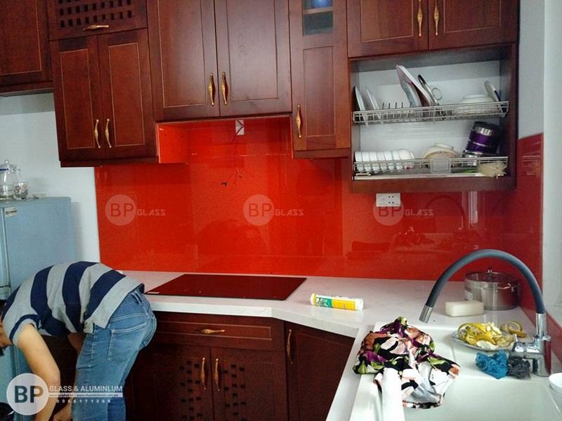 Kính bếp màu đỏ căn 10.06 HH01C tại KĐT Thanh Hà 1