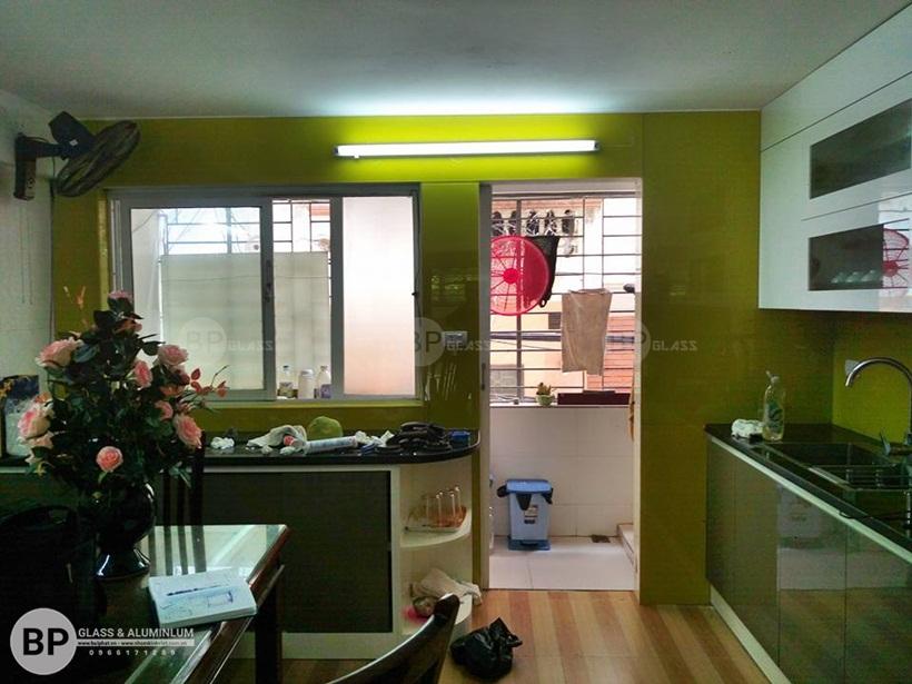 Lý do nên dùng kính sơn màu ốp tường phòng bếp