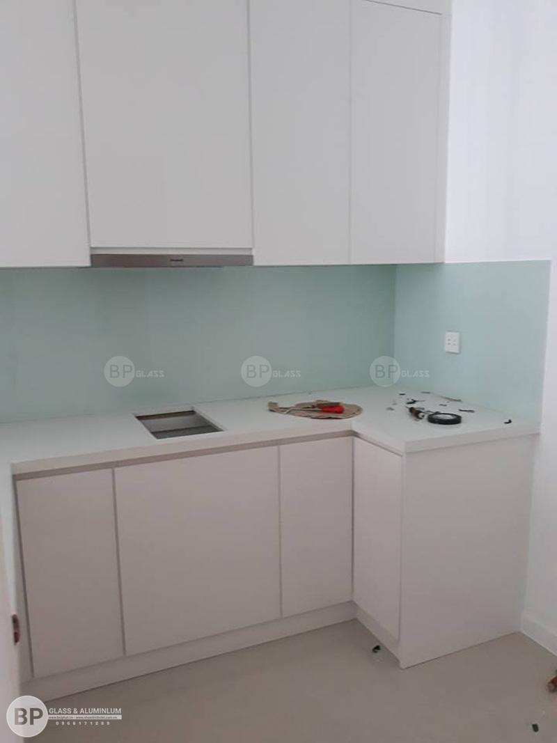 Kính bếp màu trắng xanh nhà anh Sơn Quận 2, HCM