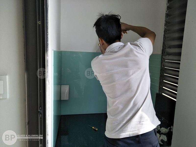 Kính màu ốp bếp nhà Cô Yên số 87 Lĩnh Lam