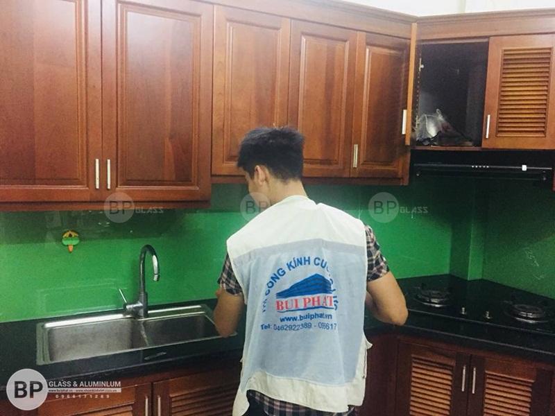 Thi công kính bếp màu xanh cốm K92 An Khánh