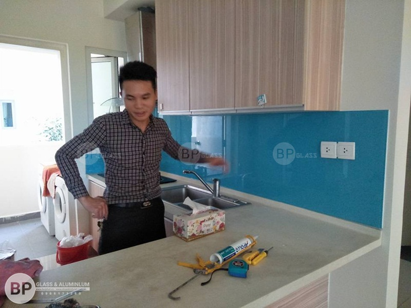 Lắp kính bếp màu xanh Lơ Cô Quý Thạch Bàn Long Biên