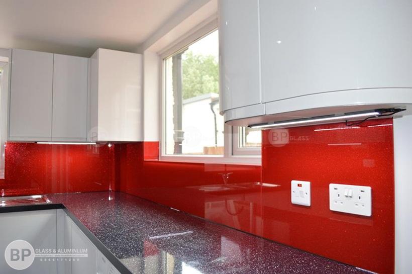 kính ốp bếp, kính bếp màu đỏ