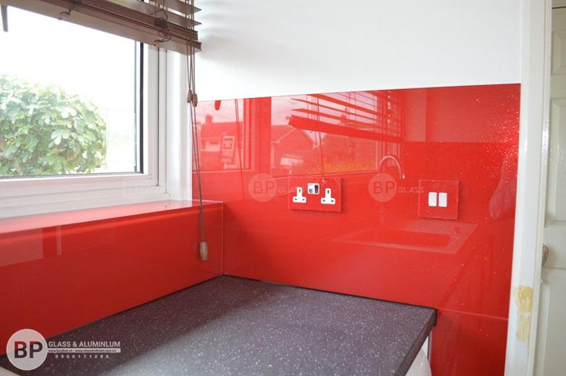 Căn bếp hiện đại tiện nghi hơn khi tủ bếp và kính ốp tường đồng bộ
