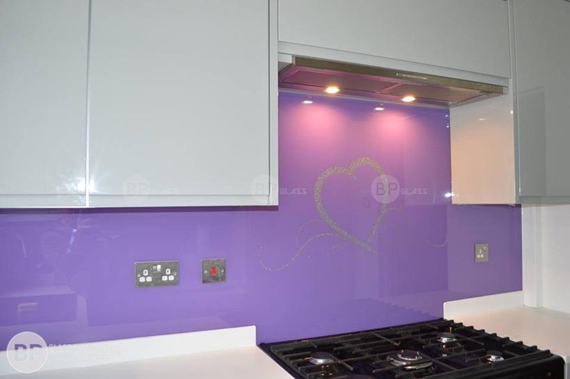 kính màu ốp bếp, kính bếp màu tím thùy chung hiện đại