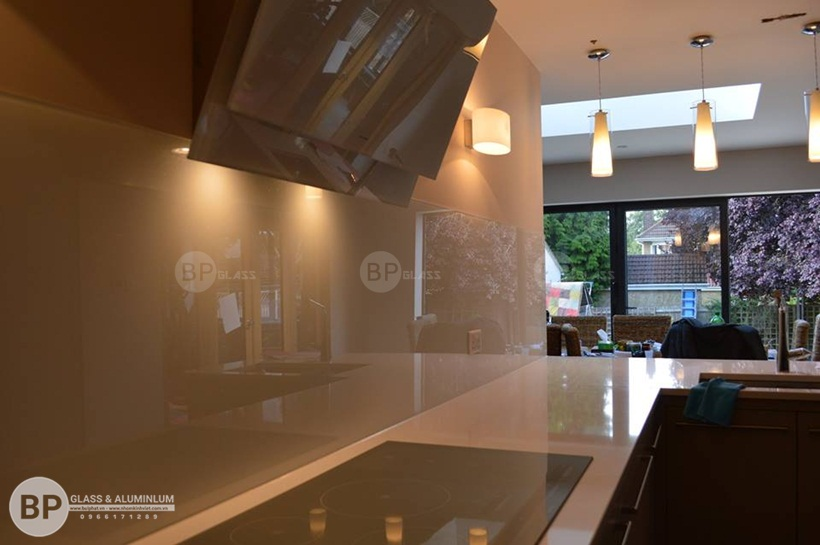 Sự lựa chọn hoàn hảo khi sử dụng kính màu ốp bếp cho căn bếp nhà bạn