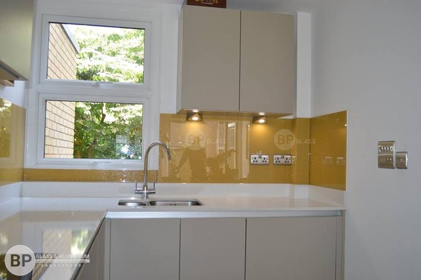 kính bếp, kính ốp bếp màu vàng thư