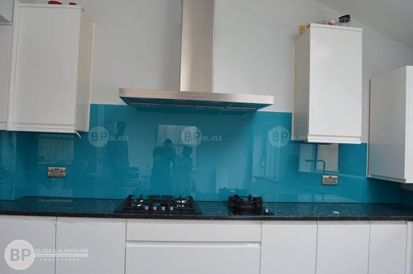 kính bếp màu xanh nước biển