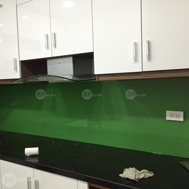 Lắp kính sơn màu ốp tường bếp tòa RUBY 1 Hồ Tùng Mậu