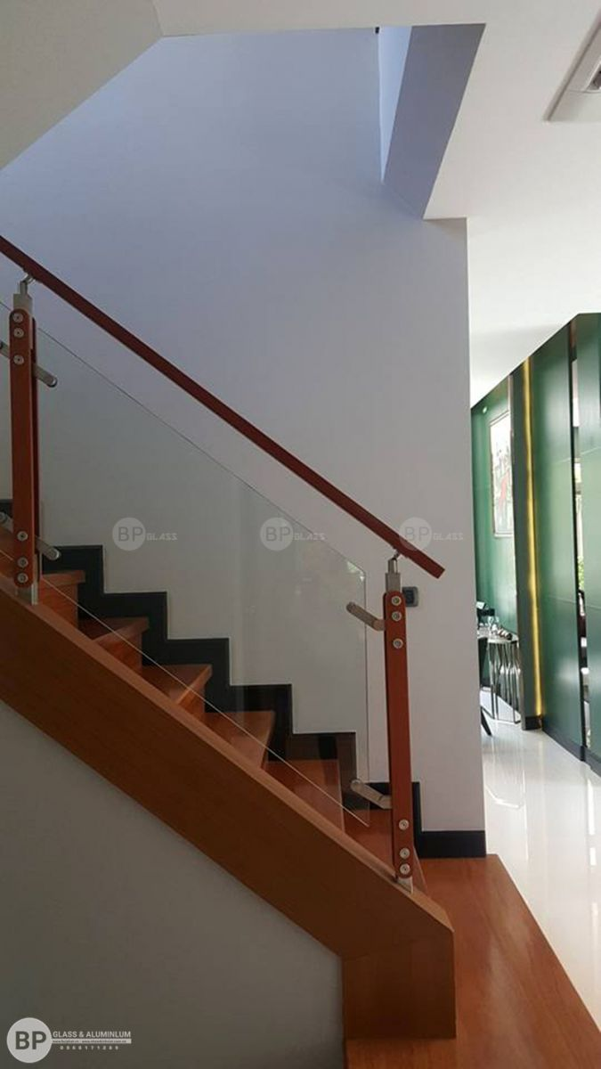 THi công cầu thang kính, lan can kính tại nhà CHị Xuân Hưng Yên