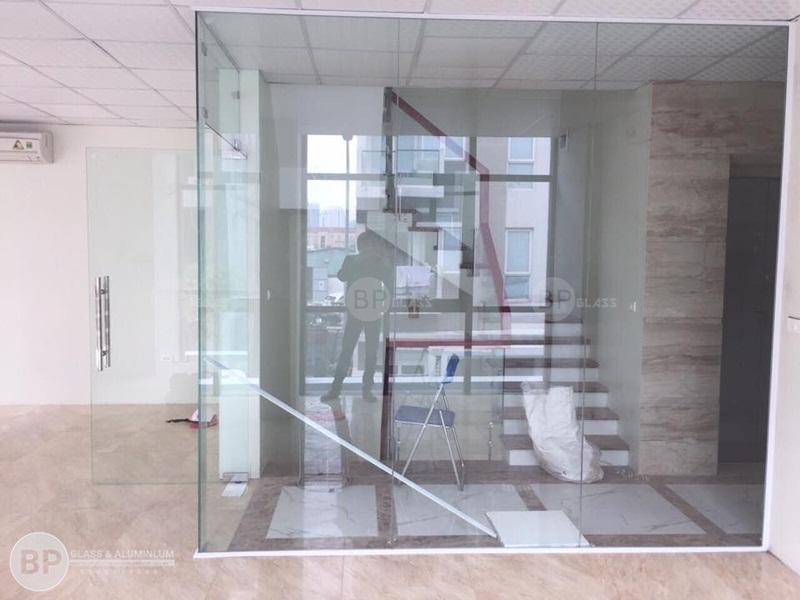 Vách kính, cửa kính thủy lực tại Nguyễn Chánh