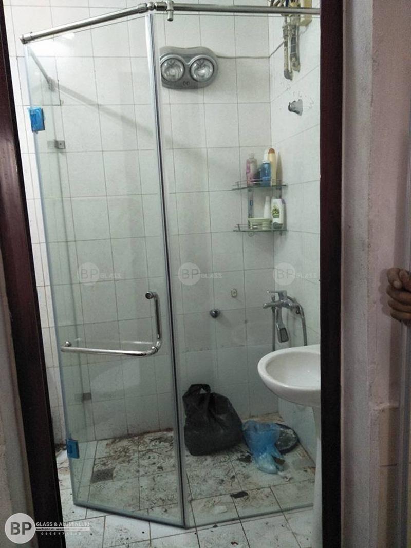 Không gian thư giãn sang trọng và ấn tượng với vách kính cường lực phòng tắm