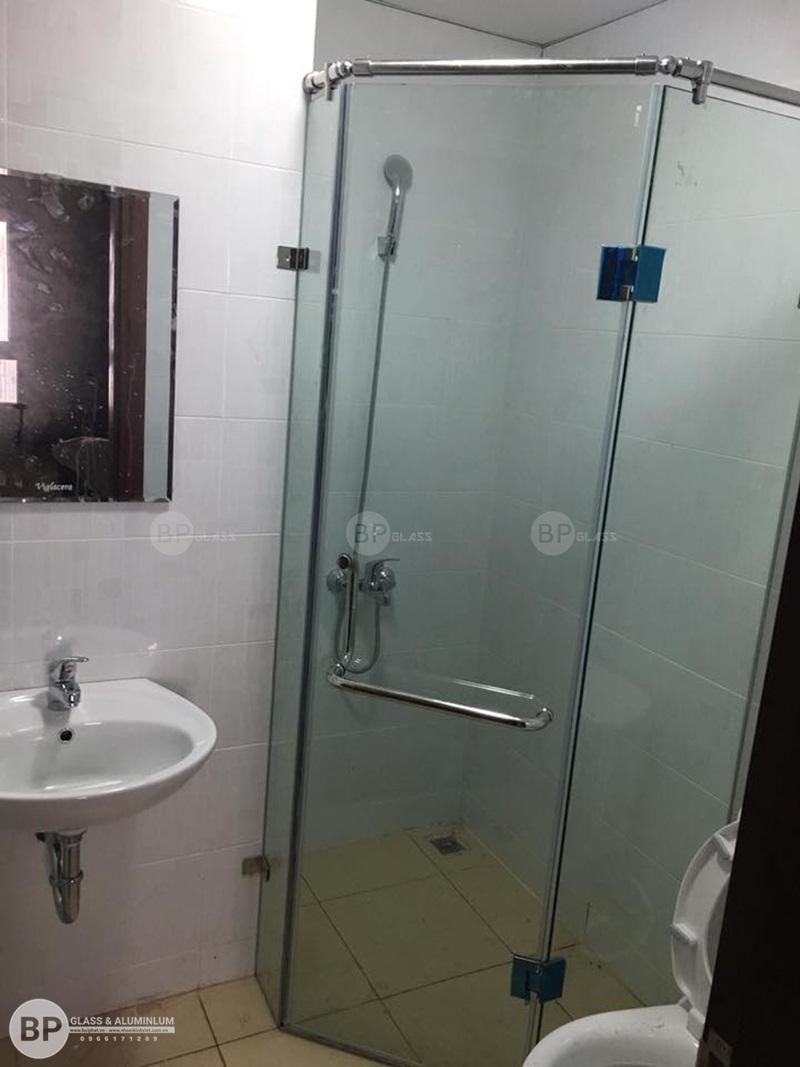 Lắp đặt vách tắm kính vát góc chị Thủy CC Thông Tấn Xã