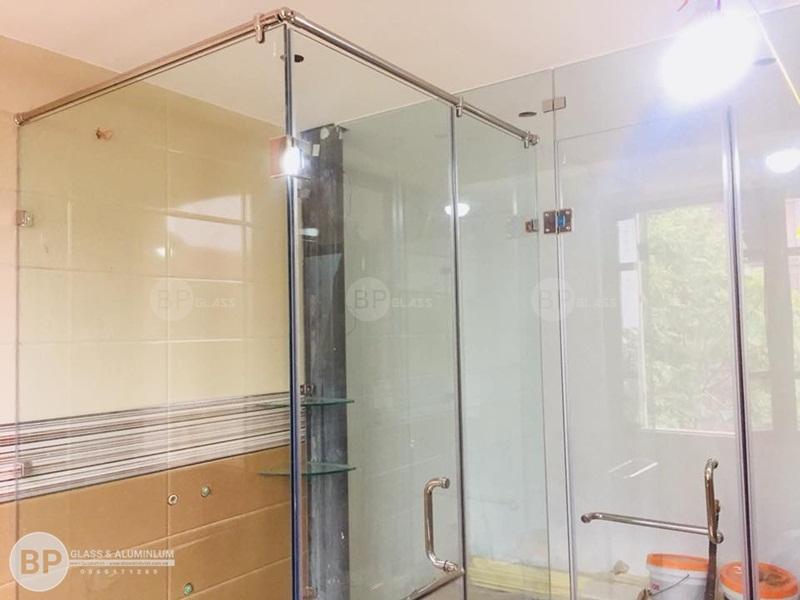 Vách tắm kính cửa lùa trượt treo sử dụng như thế nào?
