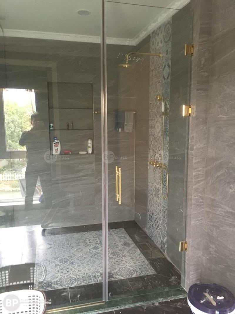Lắp kính cường lực cho phòng tắm, cách tẩy vách kính nhà tắm trắng phau