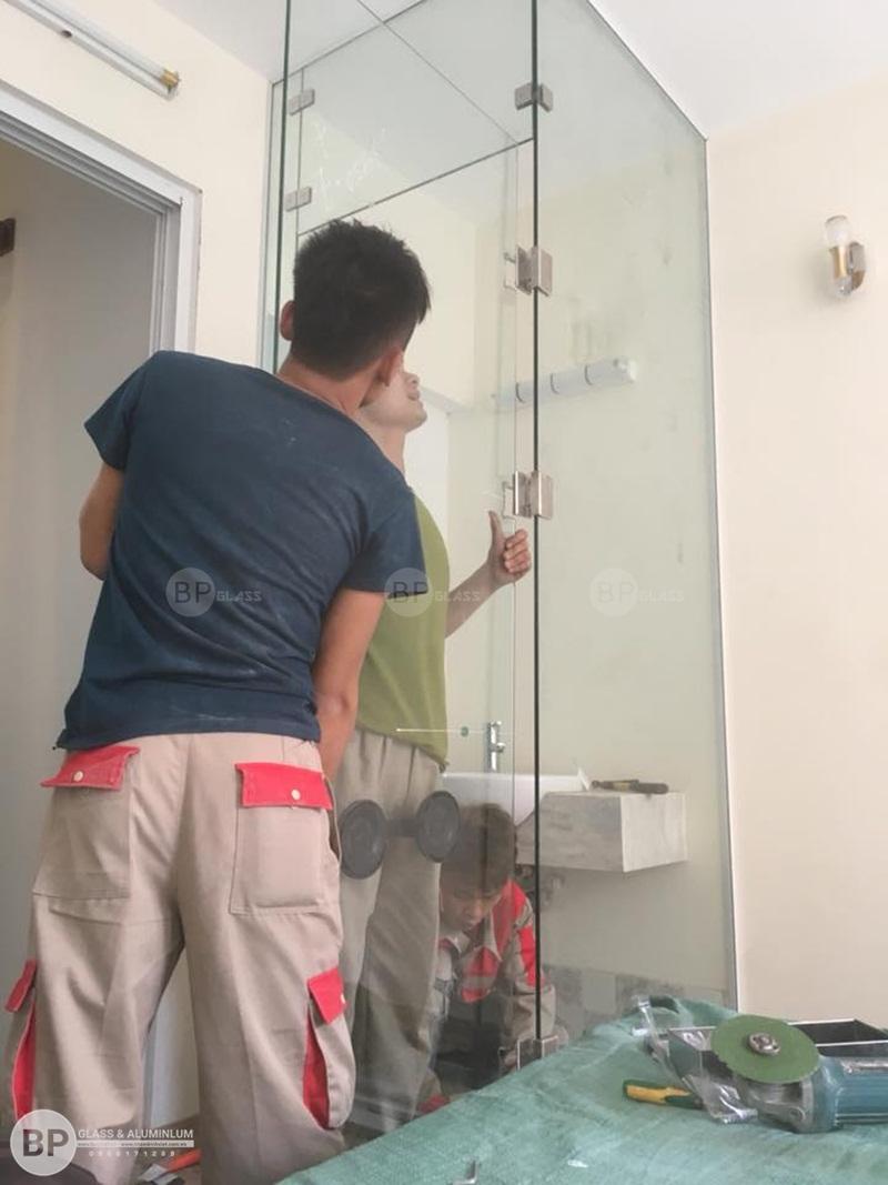 vách tắm kính và cửa kính tại 57 hàm Long