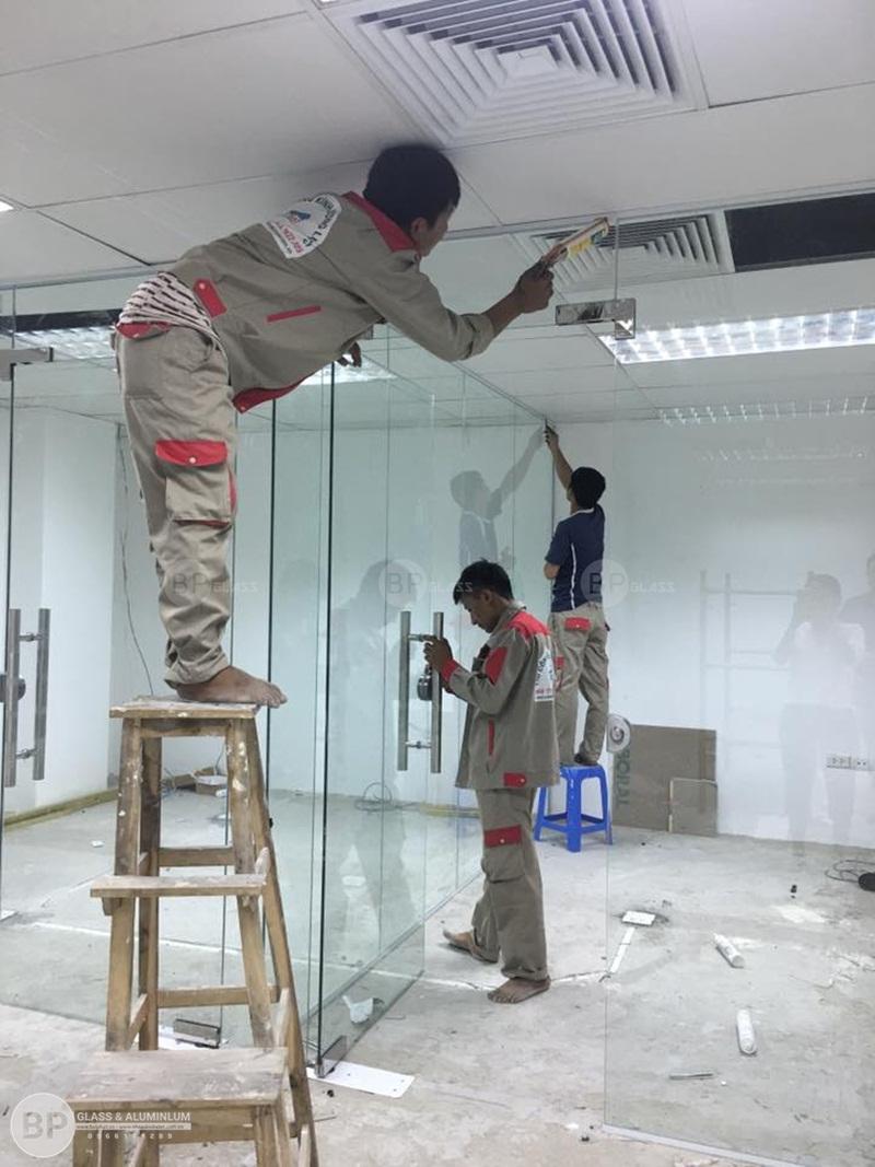 Hướng dẫn cách lắp cửa kính bản lề âm sàn