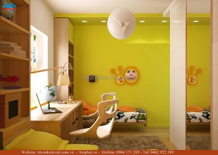 Kính màu ốp tường phòng ngủ