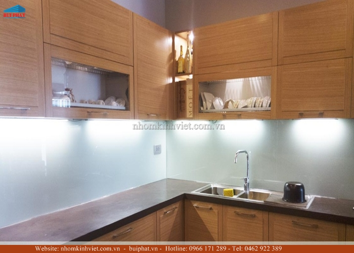 Kính ốp bếp màu trắng xanh KOB01