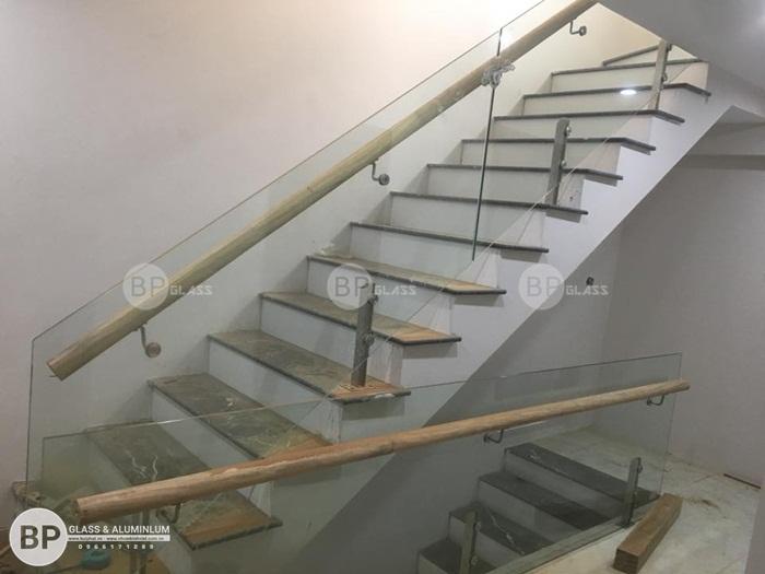 Lắp cầu thang kính tay vịn gỗ cho anh Long kđt Thủy Nguyên
