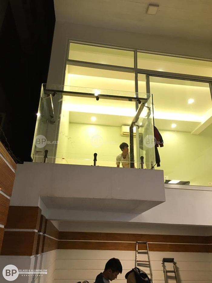 Lắp lan can kính ban công trụ ngắn tại nhà anh Hà Hòa Bình