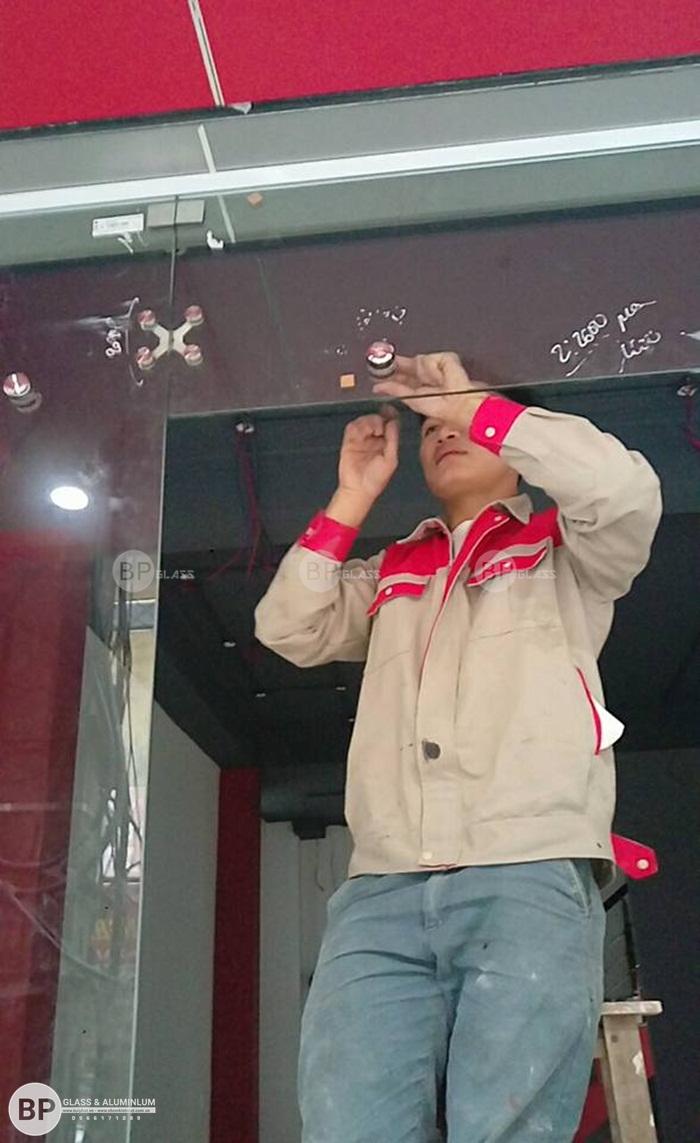 Lắp cửa kính an toàn bản lề sàn tại số 182 Lương Thế Vinh