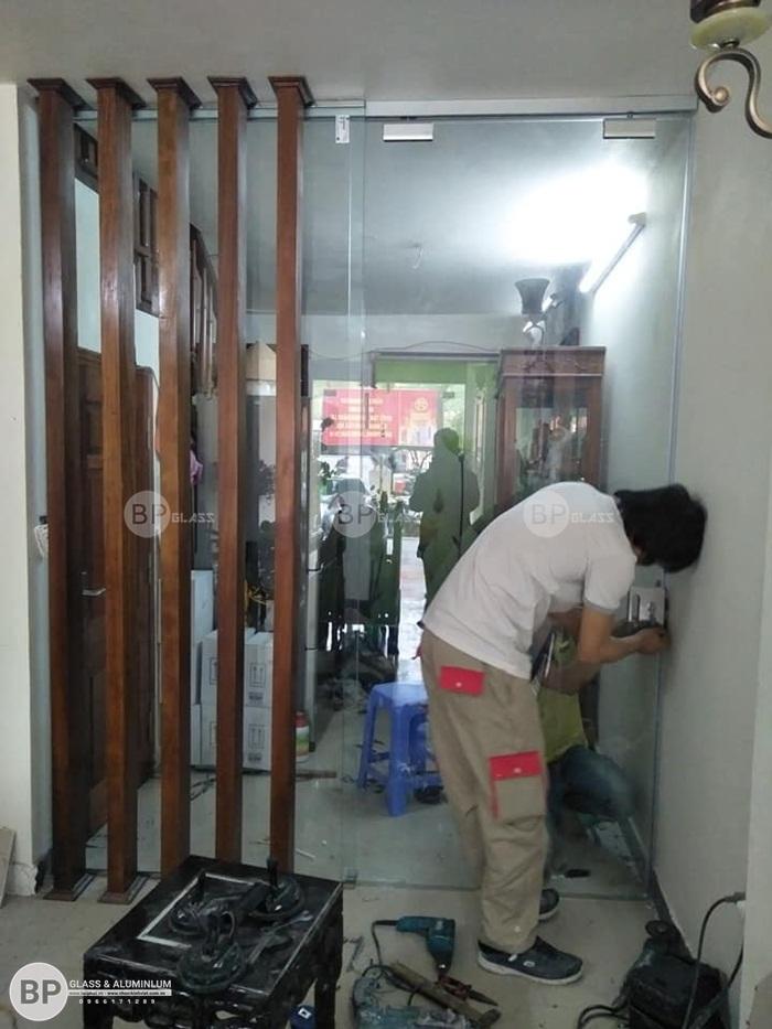 Lắp cửa kính cường lực lùa phụ kiện amg số 59 Lê Hồng Phong